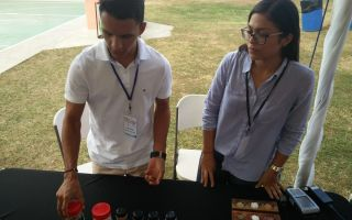 Emprendedores jóvenes con producto sal marina de la zona azul de Nicoya